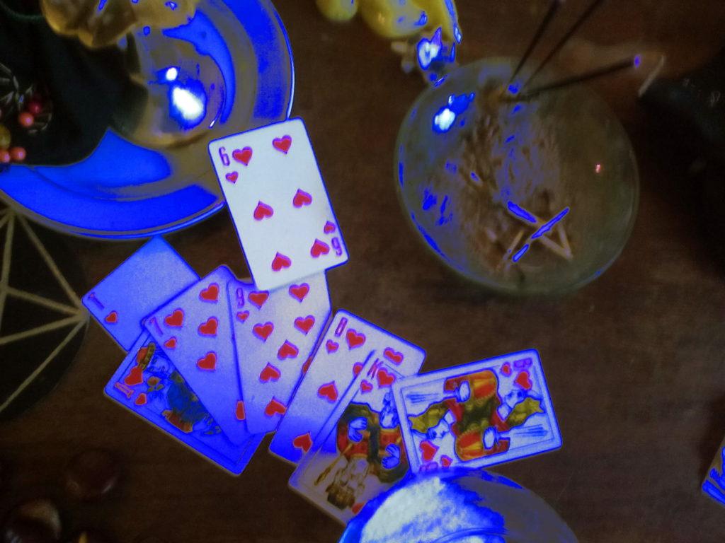 гадальные карты в синем свете