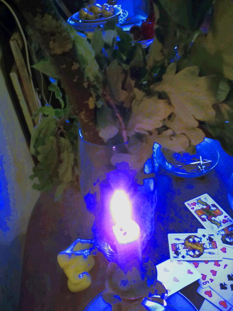 гадальные карты и свеча